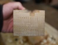 Her er profilen i sålen ferdig høvla ned til streka som er synlege i endeveden. Foto: Roald Renmælmo