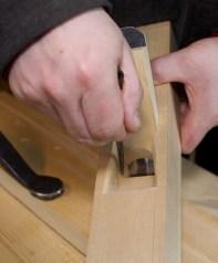 Når sidene av sponrommet er ferdig merkar eg på armane på kilen for tilskjering av desse. Foto: Roald Renmælmo