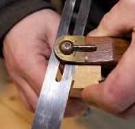 Eg måler vinkelen på graden på handtaka med svaivinkel og låser vinkelen. Foto: Roald Renmælmo