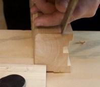 Eg stikk djupare med eit tappjarn der rundinga skal avsluttast i endane. Tappjarnet går i rissen som er merka på sida. Foto: Roald Renmælmo