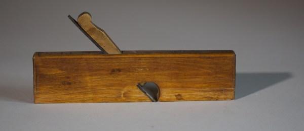 """Semshøvel med 8 ¾"""" lang høvelstokk. Høvelen er laga av bjørk og merka med PP.N. Foto: Roald Renmælmo"""