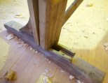 """Den lause foten står i ei sliss i fotplata. Her er det spikra på to kilar for justering av høgda på det lause langbordet. Fotplatene er 35"""" x 3"""" x 5 ½"""" og 38"""" x 3"""" x 4"""". Foto: Roald Renmælmo"""