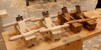 Her er dei to nye golvplogane som Jon Dahlmo har snikra seg. Han har sjølv smidd ståla og laga beslaga med settskruvar som held ståla på plass. Høvlane og ståla er laga etter dei originale høvlane til høgre på biletet. Foto: Roald Renmælmo