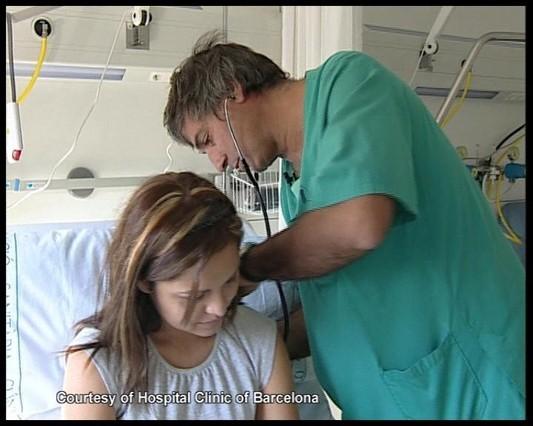 Ο Πάολο Μακιαρίνι εξετάζει την Claudia Castillo – κατά πολλούς ένα από τα θύματά του.