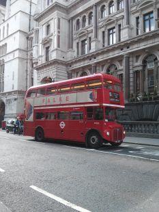 Bus rouge sur fond gris