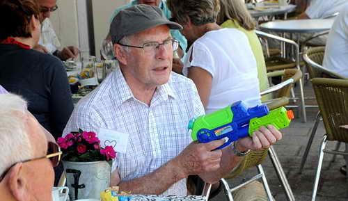 Посетитель кафе вооружен пистолетом с водой