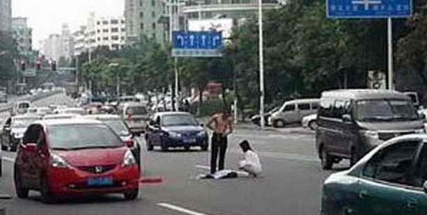 Пара раздевается посреди улицы
