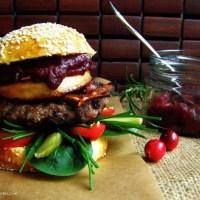 Burgery wołowe z chrupiącym boczkiem, grillowanym oscypkiem i chutney z żurawiny