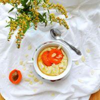 Migdałowy budyń jaglany z karmelizowanymi morelami (wegański)