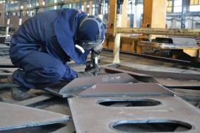 Brušenje zavarenih sklopova u brodoobradnoj radionici