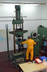 """Mehanički laboratorij - KIDALICA """"MAN 60"""" – instrumentalizirani mjerni uređaj kapaciteta 600 kN, pomoću kojeg se statičkim vlačnim ispitivanjem utvrđuju osnovna meh. svojstva metalnih materijala"""