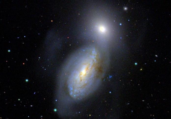 आकाशगंगाओं की बातचीत NGC 3226-3227