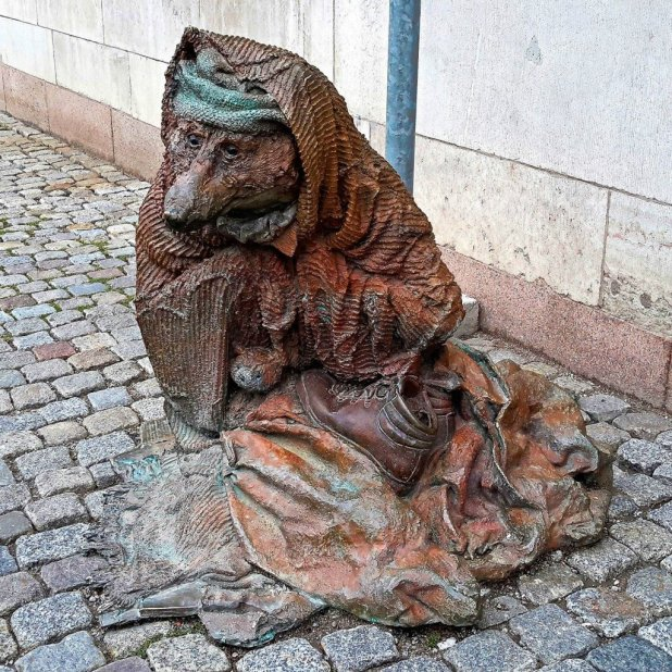 Hemlös räv (Rag and Bone) Sculpture