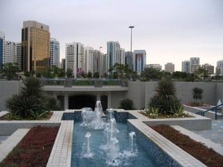 Abu Dhabi = palmy, fontanny i nieskazitelna czystość chodnika