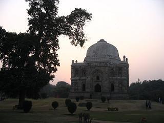 Grobowiec kogos waznego w dzisiejszym parku - Delhi
