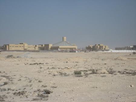 Naprawdę na środku pustyni. Kościół w Katarze.