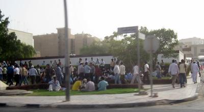 Piątkowe tłumy robotników w centrum Doha