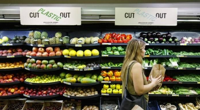 Going 'nude': UK supermarkets test plastic-free zones