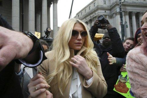 بالصور.. محكمة تُجبر نجمة عالميّة على العمل مع مغتصبها
