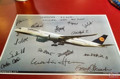 ...während mein Souvenir-Bild die Unterschriften aller Besatzungsmitglieder trägt.