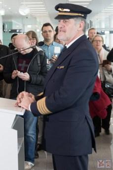 Cpt. Martin Hoell begrüßt die Fluggäste