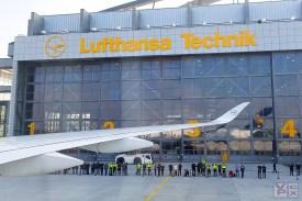 Wartende Neugierige vor dem Hangar der LH Technik