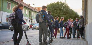 gyalog és rollerrel iskolába