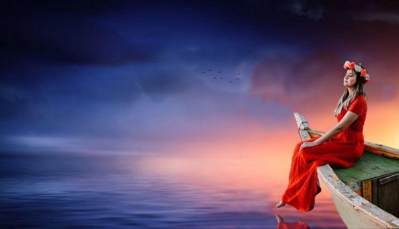Foto di riserva di una ragazza su una barca davanti proprio come, bello nulla.