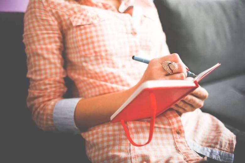 Donna che scrive in un diario.