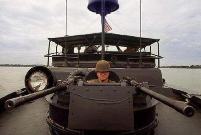 US Navy PBR Gunner en Route To Hué