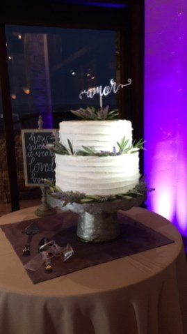 wedding cake picture with spotlight