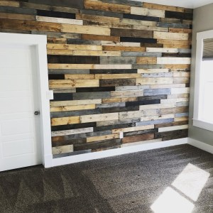 Dark and light mix DIY pallet wall