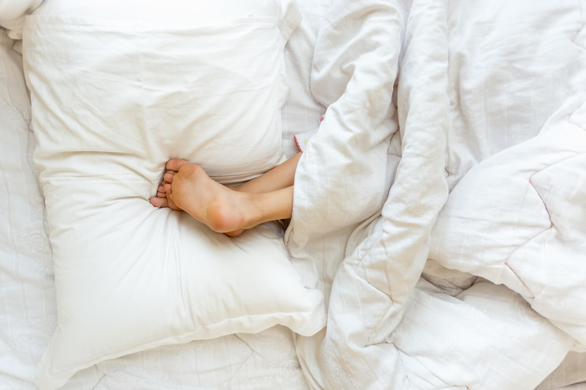 9 benefits of sleeping with your legs