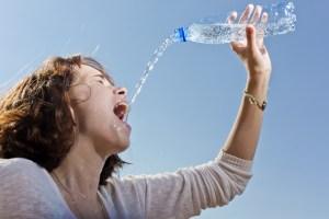 пластиковая бутылка для воды в руке девушки