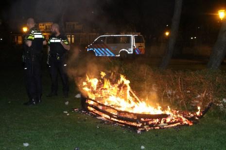 Bankstel in het Kooipark volledig in de brand, Kooipark in Leiden