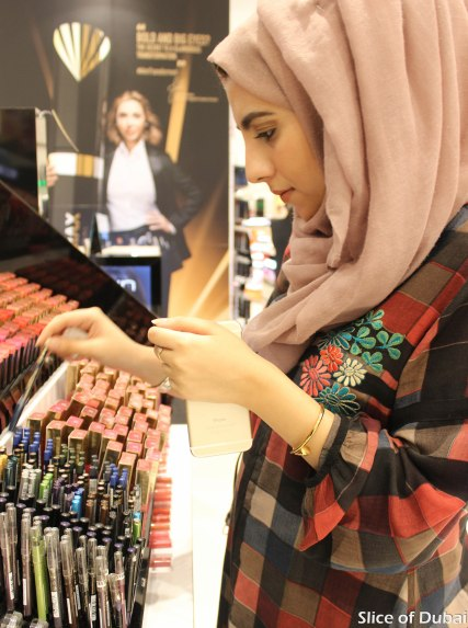 Heba QR tries on some eye shadow primers at Lifestyle Beauty Festival