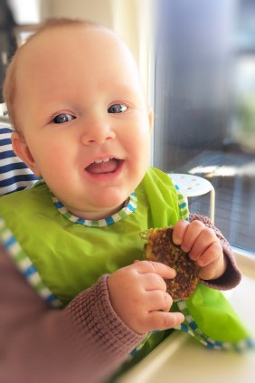 Ærtepandekager til baby. Ærter, æg, hytteost, feta og havregryn.