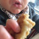 Arme Baby Banan Riddere med æg, fuldkornstoast og banan.