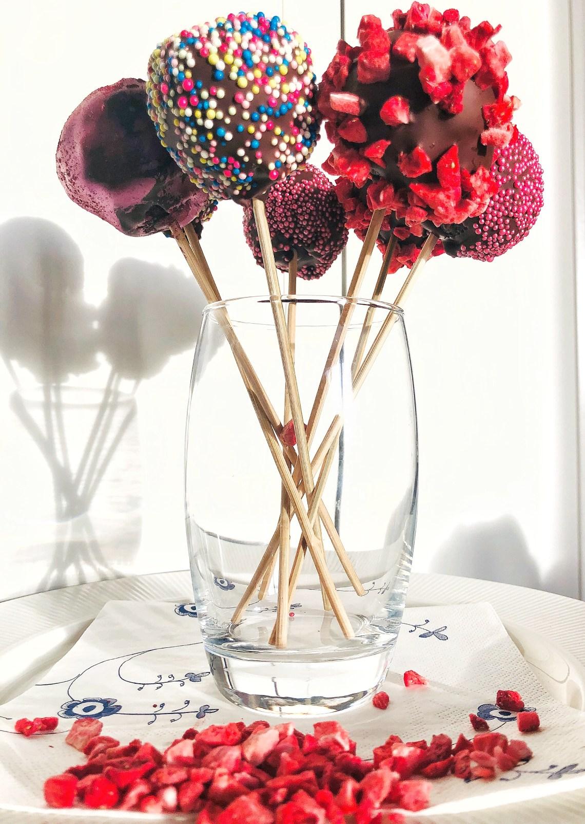 cake pops, smukke kager på pind med masser af flot krymmel på