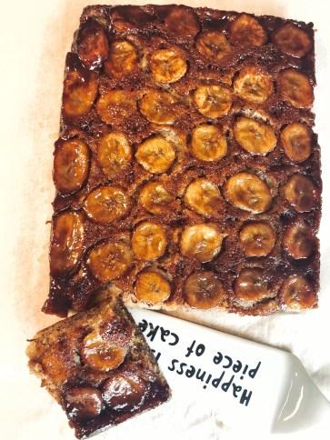 En lækker omvendt banankage med en skøn karamelliseret top