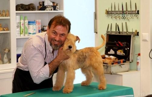 Denys Lorrain mit Lakeland Terrier frontal