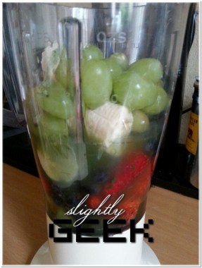 zielony koktail... no dobra, wyszedł różowy :) - truskawki - kiwi - borówka amerykańska - banan - winogrona - jęczmień - miód - woda #zdrowykoktail #zdowiewszklance