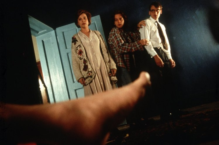 shallow-grave-1994-001-kerry-fox-ewan-mcgregor-christopher-ecclestone-corpse-foot-00n-n3t