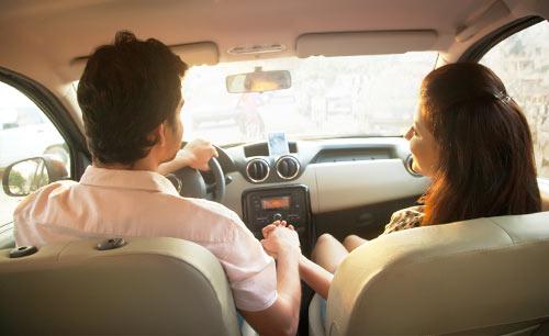 車の中で手を握るカップル
