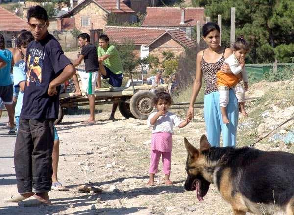 Ето как 16-годишна циганка с 3 деца взима над 1500 лв. от помощи всеки месец