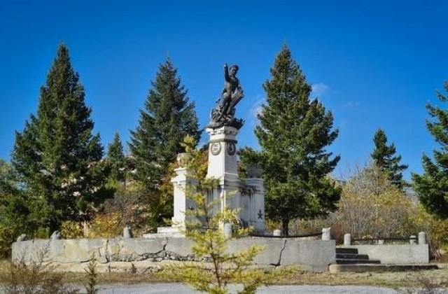 Ученици от езиковата гимназия дариха средства за спасяване на паметника на Шести артилерийски полк в Сливен