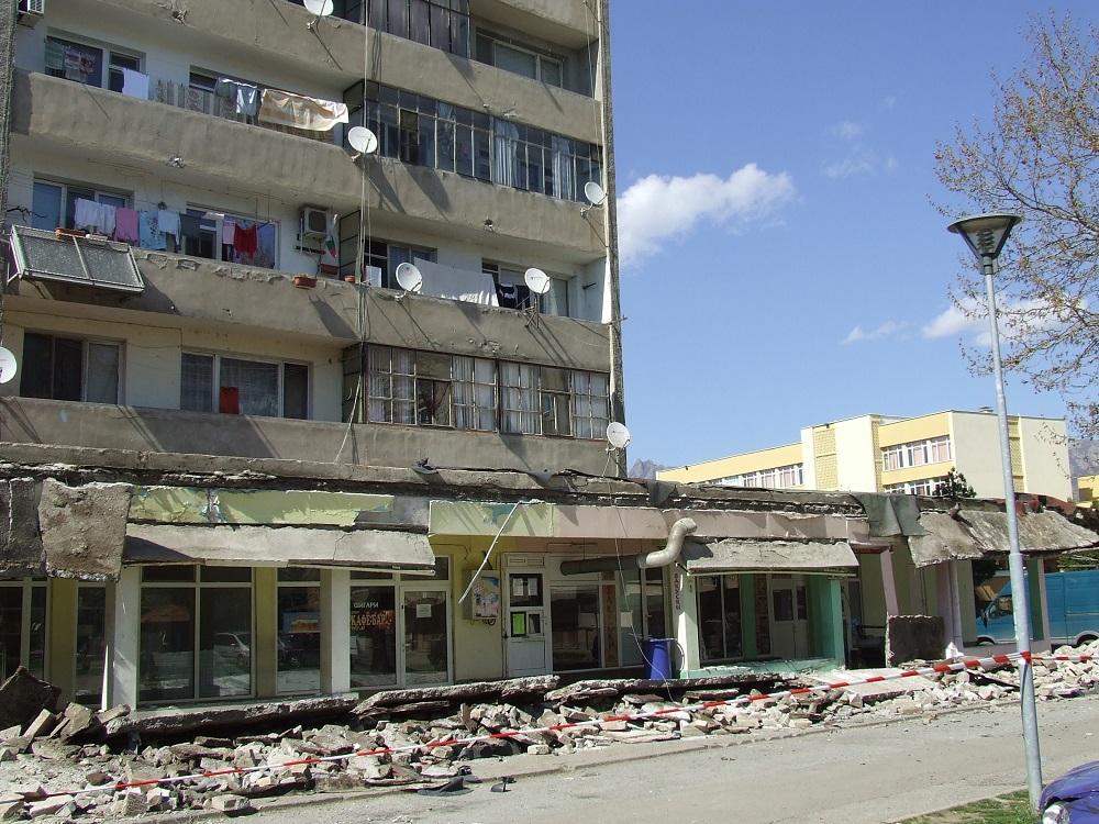 Клиенти на заведение са оцелели като по чудо при срутването на козирката в Сливен