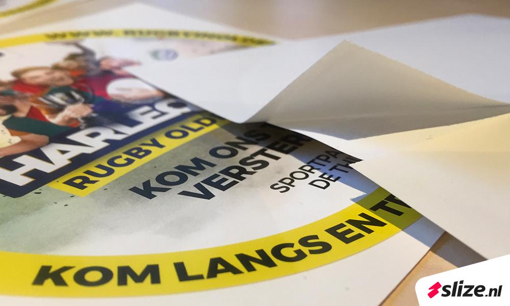 Ronde stickers drukken met breek slit aan de achterkant. Glanzend gedrukt in grote en kleine oplages, realisatie drukwerk slize.nl