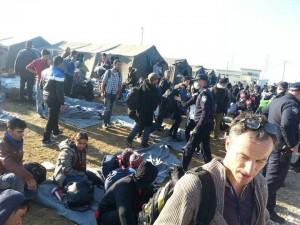 """Izbjeglice i volonteri inicijative """"Dobrodošli"""" na hrvatskoj granici kod Opatovca, 4. listopada 2015. godine (izvor: CMS)."""