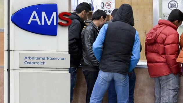 """KRONEN ZEITUNG o úradoch práce: Moslimskí migranti sú násilní, odmietajú obsluhovať """"neveriacich"""" a  ženy nechcú pracovať."""